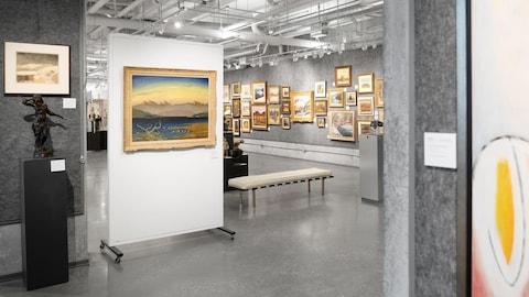 Une galerie de la maison aux enchères avec des œuvres d'art accrochés aux murs.