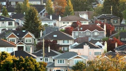 Plusieurs maisons regroupées.
