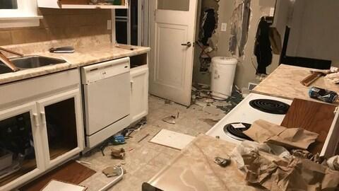 Une cuisine lourdement endommagée