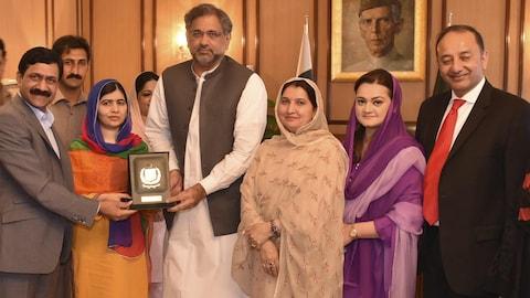 Malala Yousafzai reçoit une plaque commémorative.