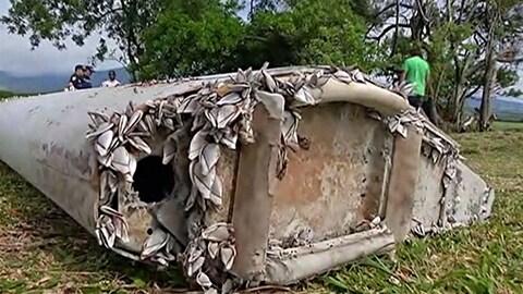 Un morceau de l'aile de l'épave du vol MH370 retrouvé sur l'île de la Réunion en août 2015.