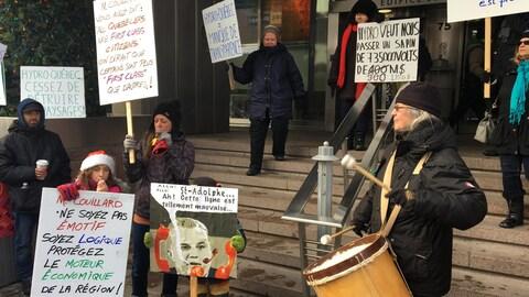Les  manifestants se sont retrouvés devant le siège social d'Hydro-Québec à Montréal.