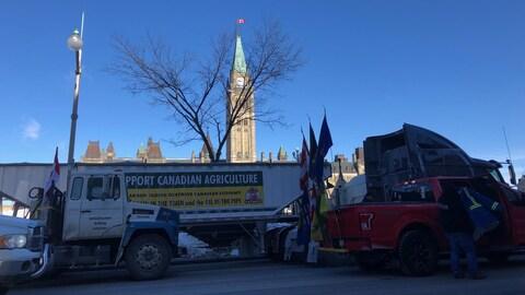 Des camions avec des drapeaux du Canada et des provinces canadiennes.