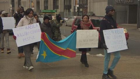 Des manifestants au centre-ville de Toronto