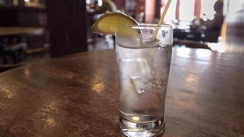 Un cocktail sur le comptoir d'un pub d'Halifax.