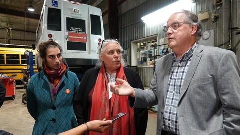 Pierre Maheux (droite) s'est clairement opposé au projet de nationalisation des transports interurbains proposé par la co-porte-parole de Québec solidaire, Manon Massé (centre).