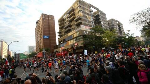 Des coureurs sur le circuit du marathon et du demi-marathon Rock'n'Roll Montréal 2018