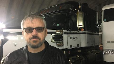 Marc Grondin devant son camion.