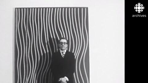 Marcel Barbeau devant un de ses toiles lors d'une exposition qui lui était consacrée au Musée d'art contemporain à Montréal en 1969.