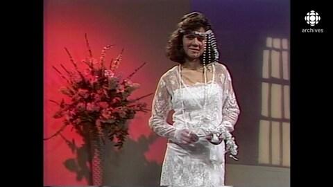 Marina Orsini, mannequin à l'époque, présente un modèle de robe de mariée.
