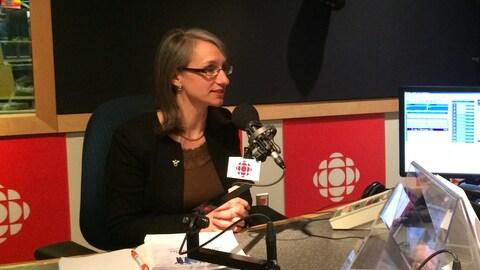Marie-Andrée Asselin en entrevue avec Jacques Dufresne, dans le studio radio
