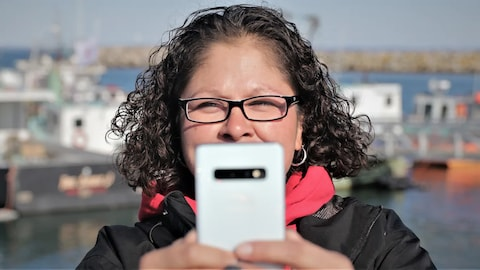 Jolene Marr tient son téléphone devant elle.