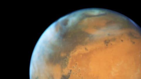 Vue d'ensemble de la planète Mars dans l'infini noir de l'espace.