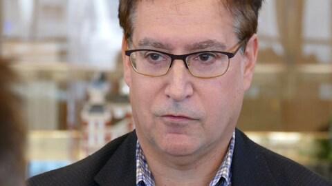 Visage de Marty Morantz, portant des lunettes.