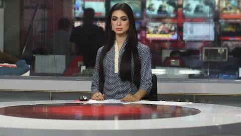 La présentatrice lit les nouvelles