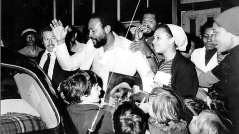 Marvin Gaye est entouré par une foule de fans alors qu'il se diriger vers une voiture.