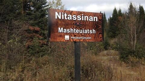 Une affiche annonçant le territoire traditionnel innu du Nitassinan, près de Mashteuiatsh.