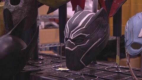 Un masque sur une table