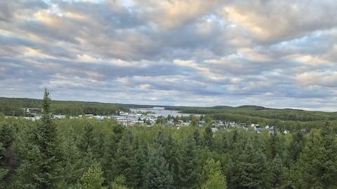 La ville de Matagmi et la rivière Bell au loin