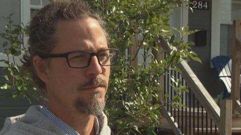 Mathieu Girard répond aux questions d'une journaliste.
