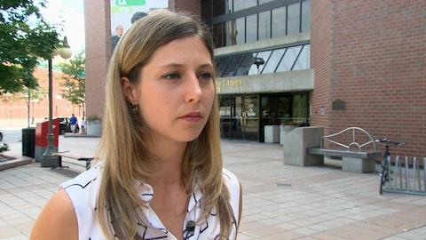 Maude Marquis-Bissonnette répond aux questions d'une journaliste.