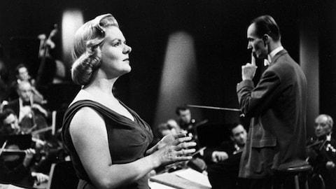 Dans un studio de télévision, Maureen Forrester donne une performance. À l'arrière-plan, les musiciens d'un orchestre dirigé par le chef d'orchestre Igor Markevitch.