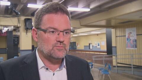 Maxime Pedneaud-Jobin en entrevue avec Radio-Canada à la polyvalente Le Carrefour
