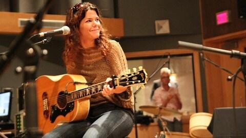 Catherine Durand dans un studio d'enregistrement.