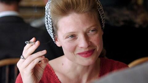 Mélanie Thierry tient une cigarette de sa main droite et sourit à quelqu'un dans une scène du film «La douleur».