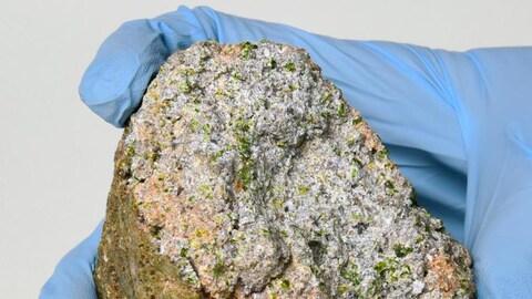 Une roche avec des cristaux verts.