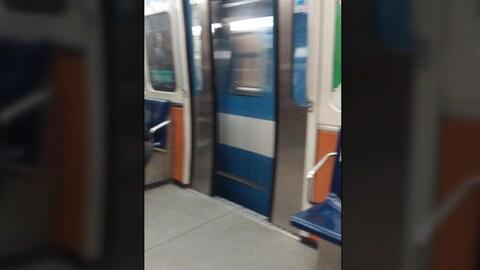 Une porte de métro ouverte.