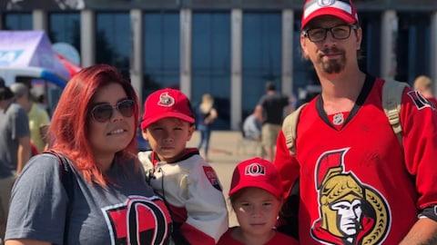 Une famille composée de partisans de l'équipe des Sénateurs d'Ottawa.