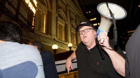 Michael Moore devant la Trump Tower de New York durant une manifestation en 2017.