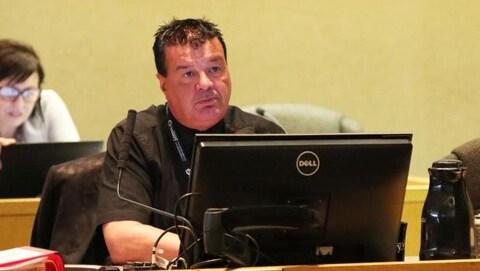 Le conseiller municipal Michael Vagnini lors d'une réunion du conseil municipal.