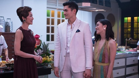 Michelle Yeoh regarde Henry Golding qui tient la main à une Constance Wu souriante dans le film «Crazy Rich Asians».