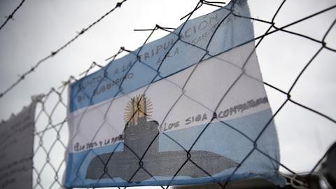 Le drapeau national de l'Argentine avec un dessin du sous-marin en perdition ARA San Juan a été accroché à la clôture de la base navale argentine de Mar del Plata.