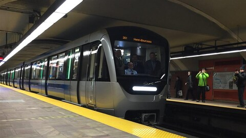 Le train AZUR de la STM sur les rails d'une station du métro de Montréal