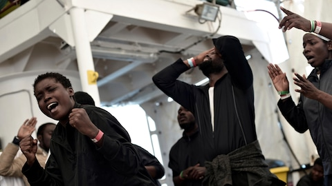 Des migrants, qui errent en Méditerranée depuis une semaine à bord de l'Aquarius, chantent et célèbrent alors que le navire approche la côte espagnole.