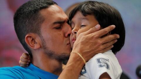 Il embrasse son garçon de 4 ans.
