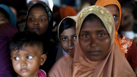 Des migrants Rohingyas arrivés au Myanmar par bateaux.