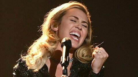 Miley Cyrus chante sur une scène à New York.