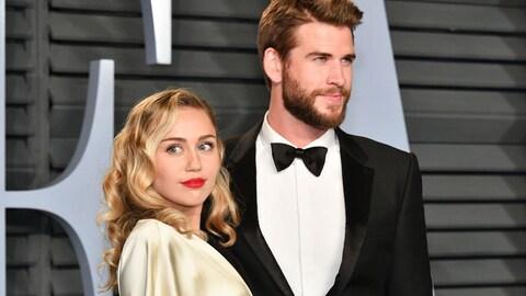 Miley Cyrus et Chris Hemsworth prennent la pose devant les caméras lors d'un événement mondain à Beverly Hills, en Californie.