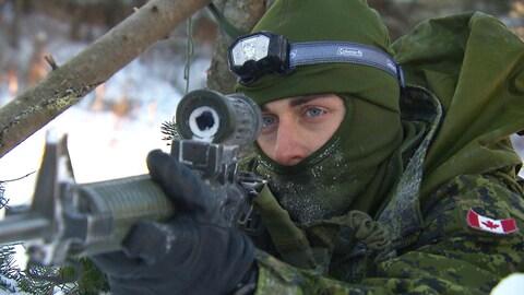 Un militaire du Régiment du Saguenay s'apprête à tirer.