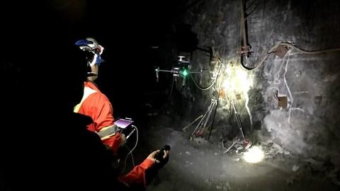 Un mineur plongé dans le noir conduit un drône 100 pieds sous terre.