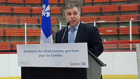Le ministre Sébastien Proulx lors de l'annonce dans un aréna.
