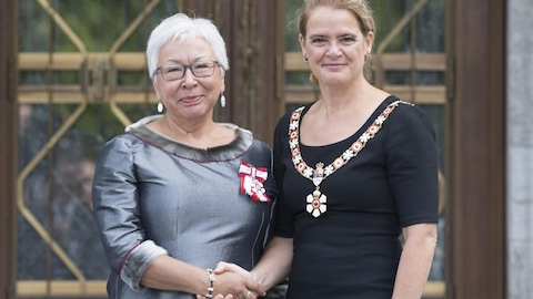 GG05-2018-0212-054 06/09/2018 Ottawa, Ontario, Canada  Her Excellency presents the Member insignia of the Order of Canada to MinnieGrey.  Her Excellency the Right Honourable Julie Payette, Governor General of Canada, invested8 Officers and 31Membersinto the Order of Canada onThursday, September 6, 2018at Rideau Hall.  ***  Son Excellence remet l'insigne de Membre de l'Ordre du Canada à MinnieGrey.  Son Excellence la très honorable Julie Payette, gouverneure générale du Canada, a remis l'