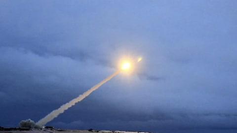 Lancement d'un missile intercontinental russe qui pourrait être équipé d'une tête nucléaire.