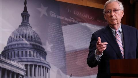 Le leader de la majorité du Sénat, Mitch McConnell, regarde en direction des journalistes.