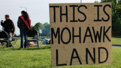 Une pancarte déclarant que ceci est un territoire mohawk.