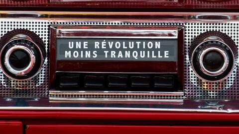 La radio d'une vieille voiture avec la légende « une révolution moins tranquille ».